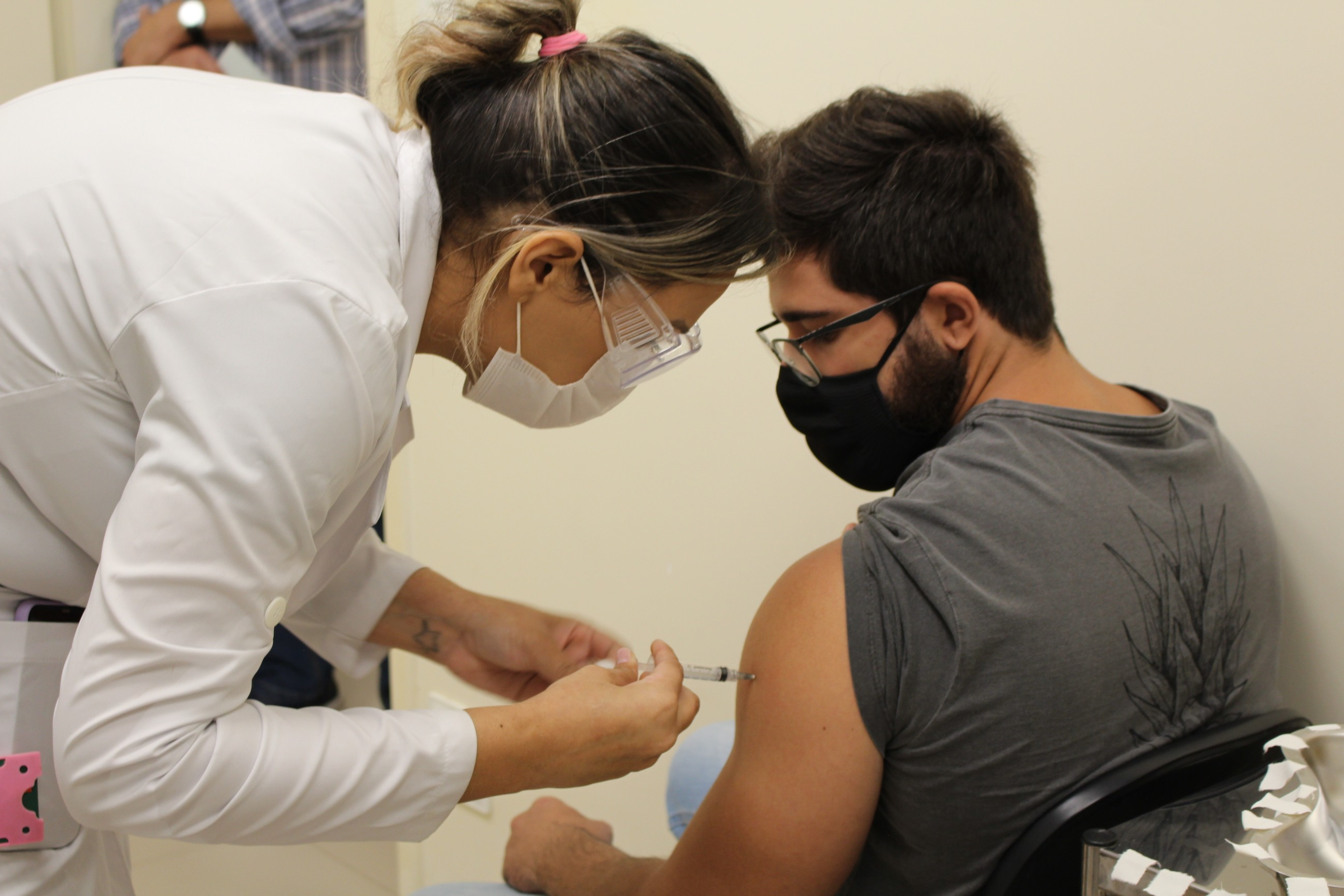 Prefeitura lança canal para denúncias contra 'fura-filas' da vacina da Covid-19 em Itajubá, MG