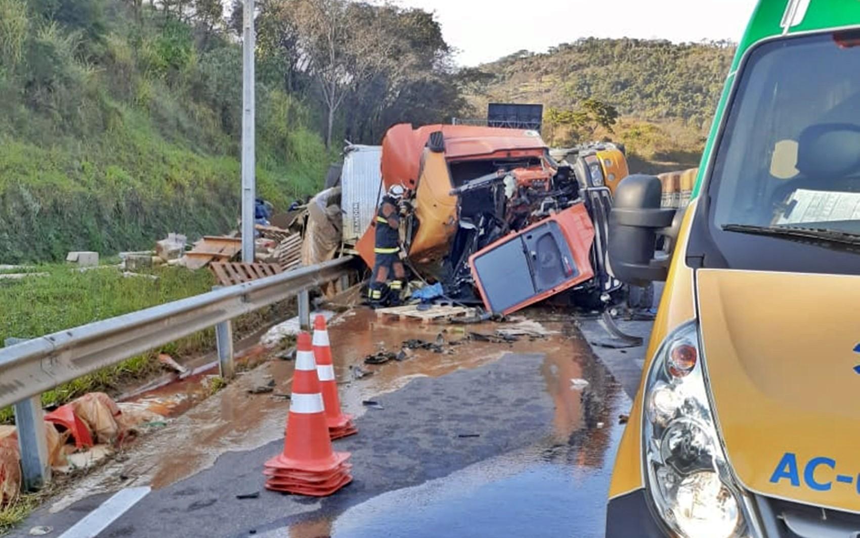 Carreta toma na rodovia Fernão Dias, em Lavras e mata motorista