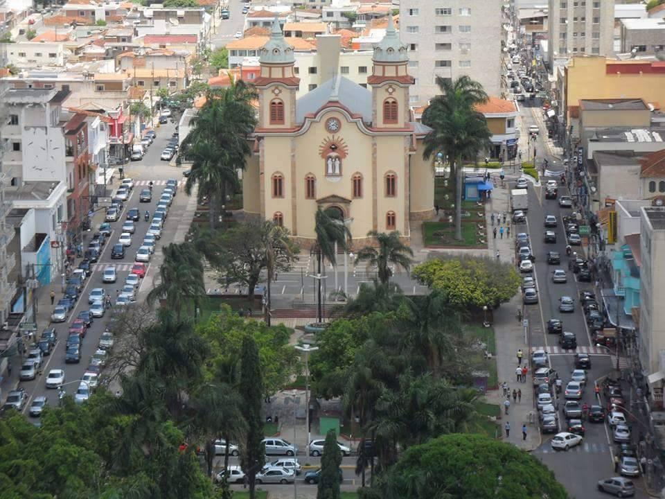 Alfenas, Centro, Igreja Matriz de São José Dores, Praça Getúlio Vargas